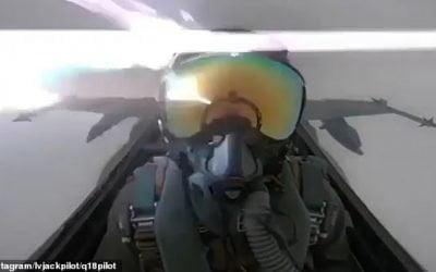 Lightning strikes the cockpit of an F-18 fighter jet – VIDEO