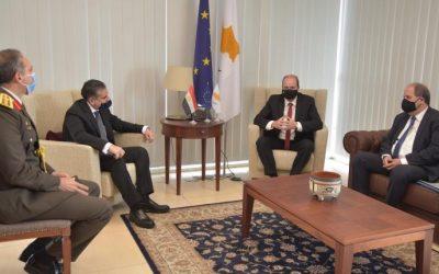 Διμερείς σχέσεις και θέματα άμυνας και εξοπλισμών στη συνάντηση ΥΠΑΜ με Πρέσβη Αιγύπτου