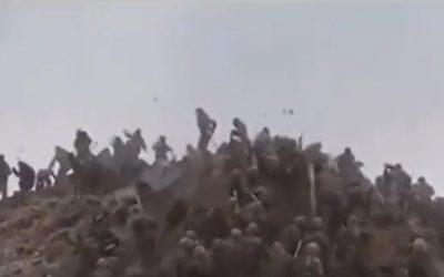 Δύο πυρηνικές δυνάμεις πολεμούν με πέτρες και ρόπαλα – VIDEO & Φωτογραφίες