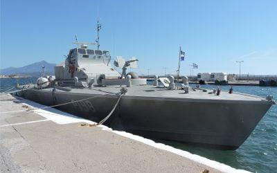 """Προσάραξε στο λιμάνι του Πυθαγορείου λόγω κακοκαιρίας το """"ΚΥΚΝΟΣ"""""""